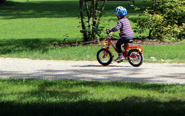 Dziecko jadące rowerem