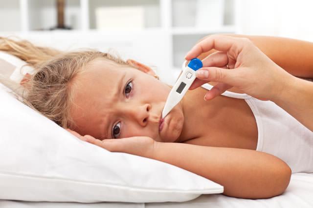 Dziecko z termometrem w ustach