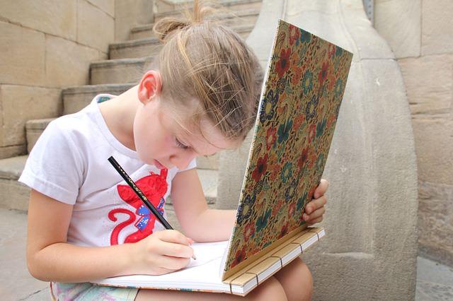 rysująca dziewczynka
