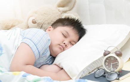 Chłopak śpi w łóżku