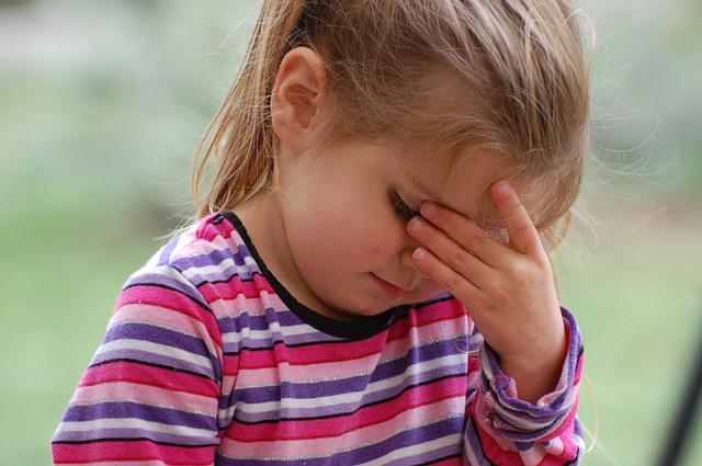 dziewczynka którą boli głowa