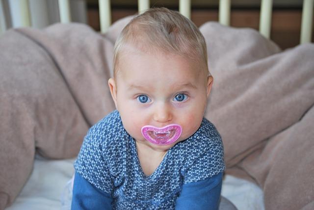 Dziecko z różowym smoczkiem