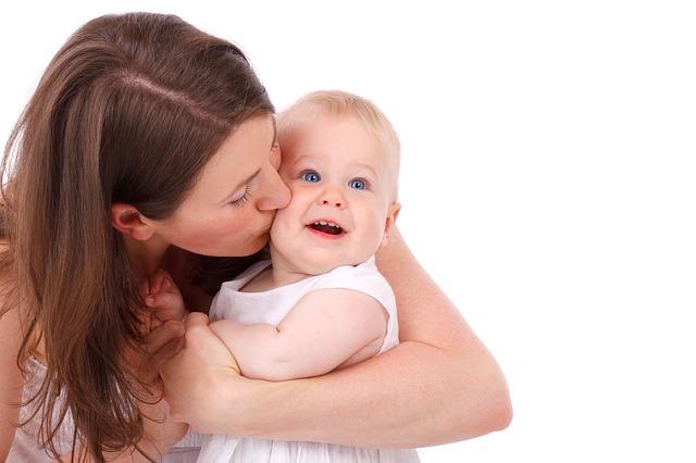 Mama całuje dziecko
