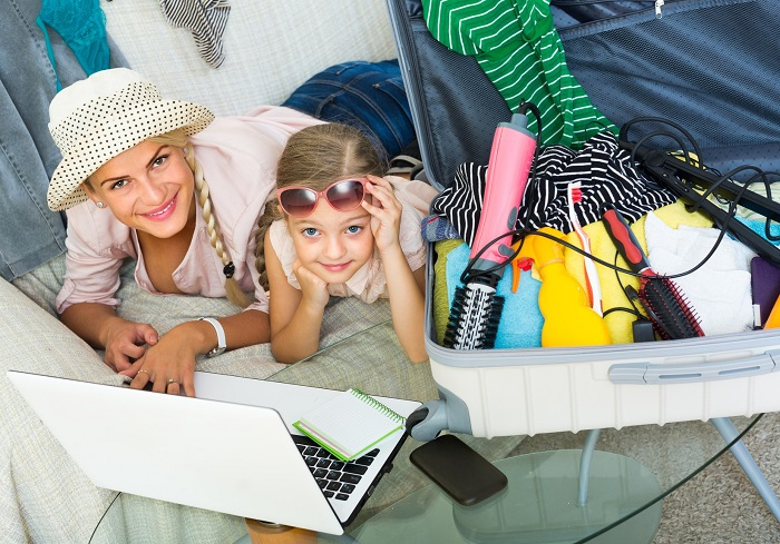 Mama i córka leżą przed laptopem