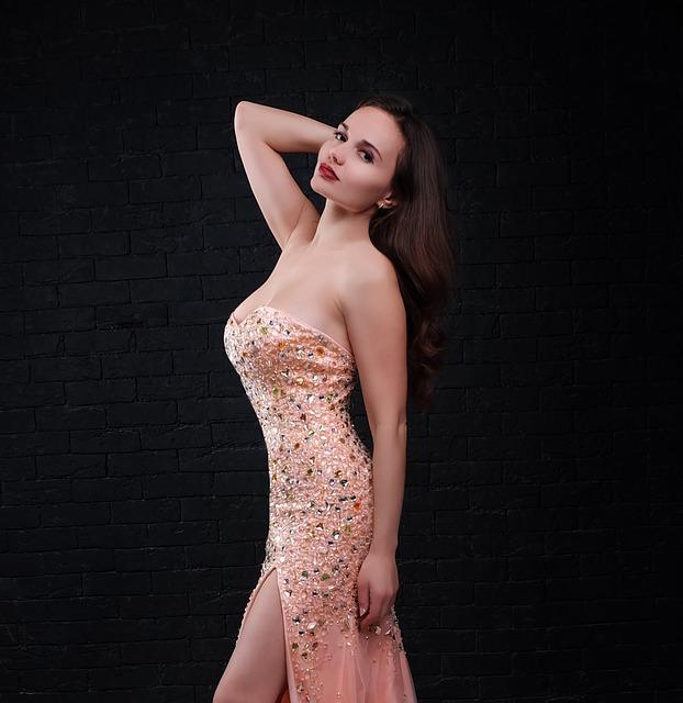 Kobieta w beżowej sukience