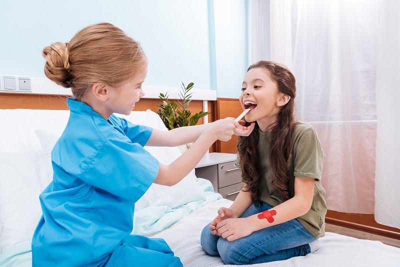 Dziewczynki bawią się w lekarza