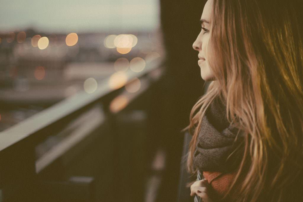 Kobieta patrzy za okno