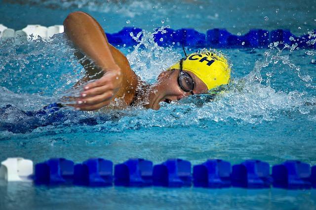 pływak pływający na pływalni