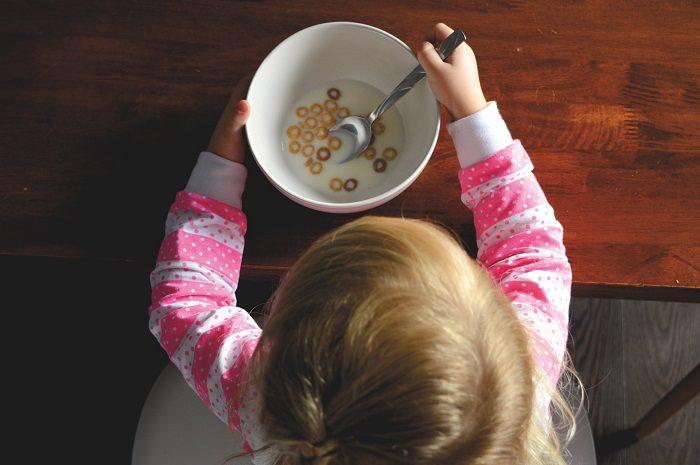 Dziecko siedzi przy stole