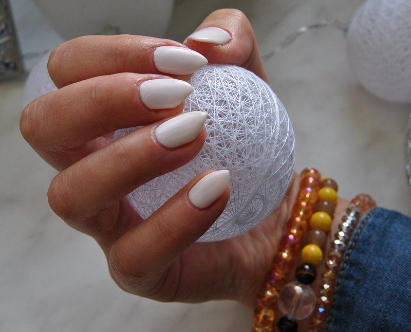 Ręka obejmująca cotton balls