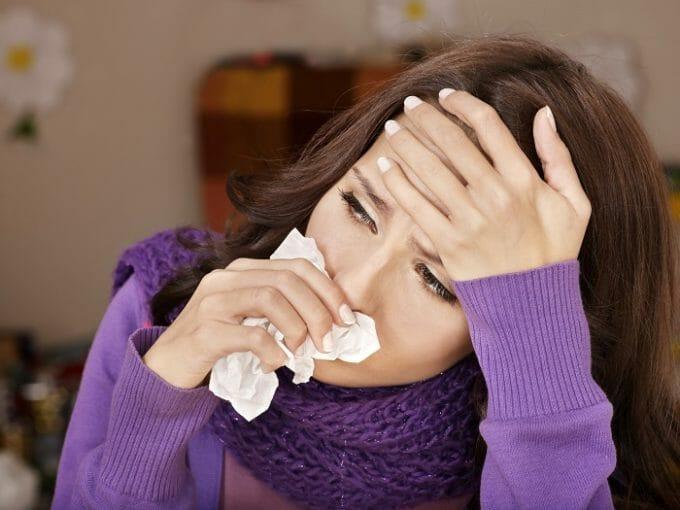 Kobieta wyciera nos chusteczką