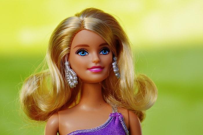 Lalka Barbie na zielonym tle