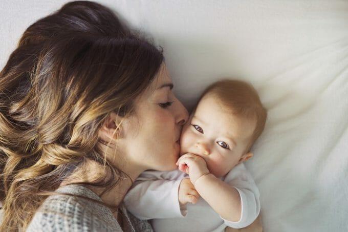 Kobieta i niemowlę na łóżku