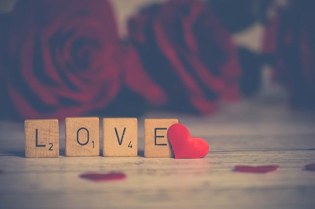napis LOVE z kostek Scrabble