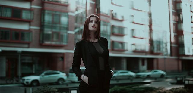 kobieta w centrum miasta