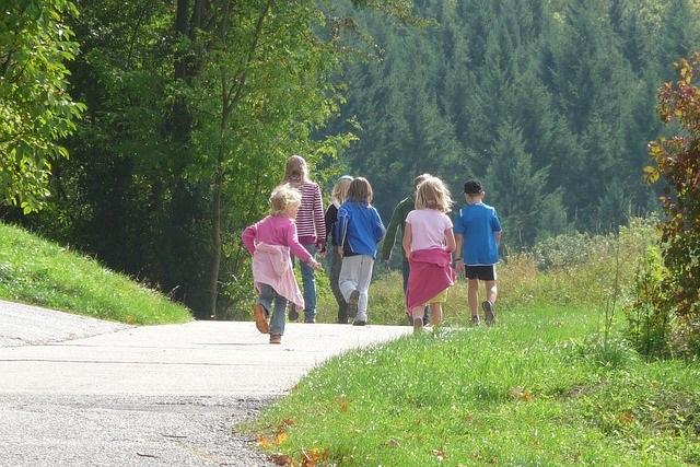 Dzieci na wycieczce w góry