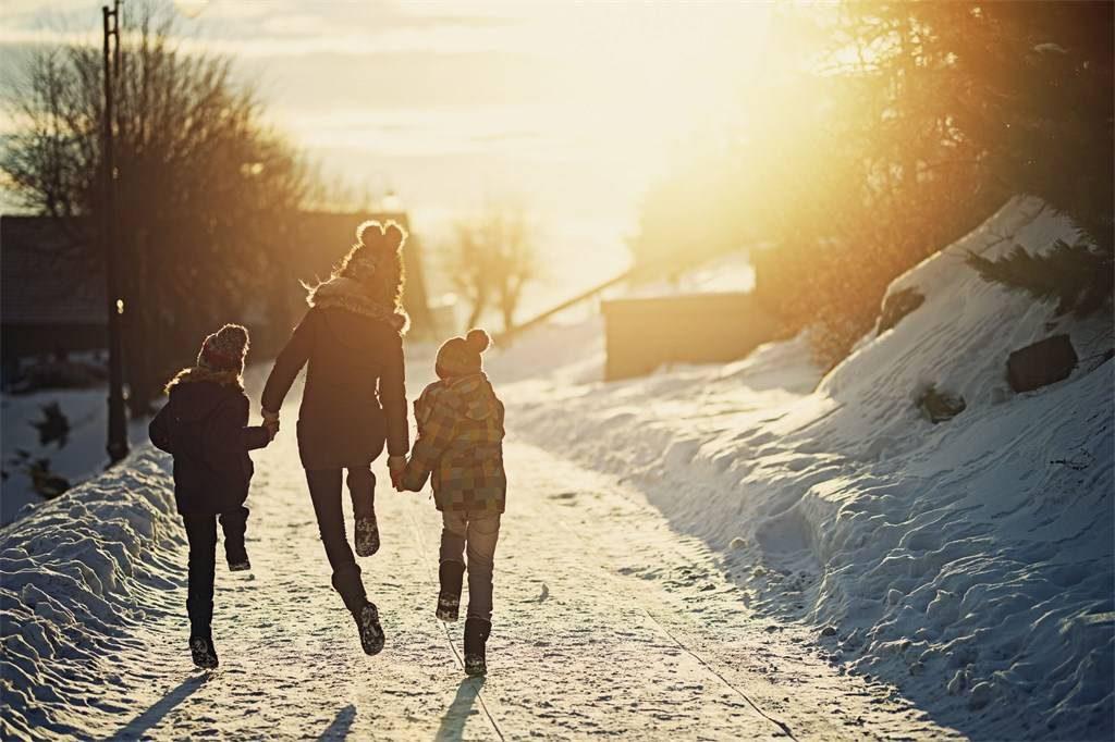 Trójka dzieci w śniegu