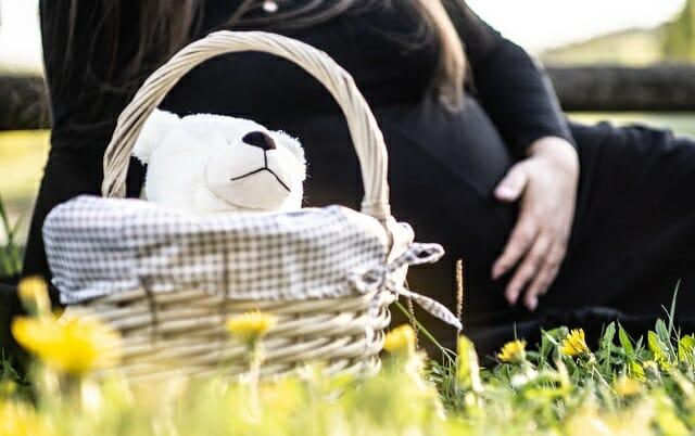 Ciężarna kobieta leżąca w trawie