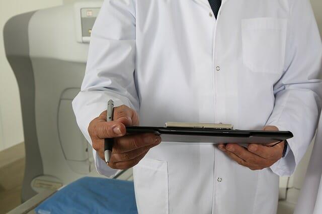 Lekarz z dokumentacją